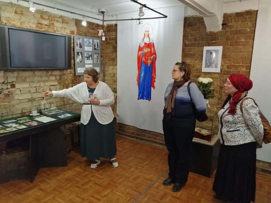 Руководитель выставочного проекта Евгения Парфёнова проводит экскурсию