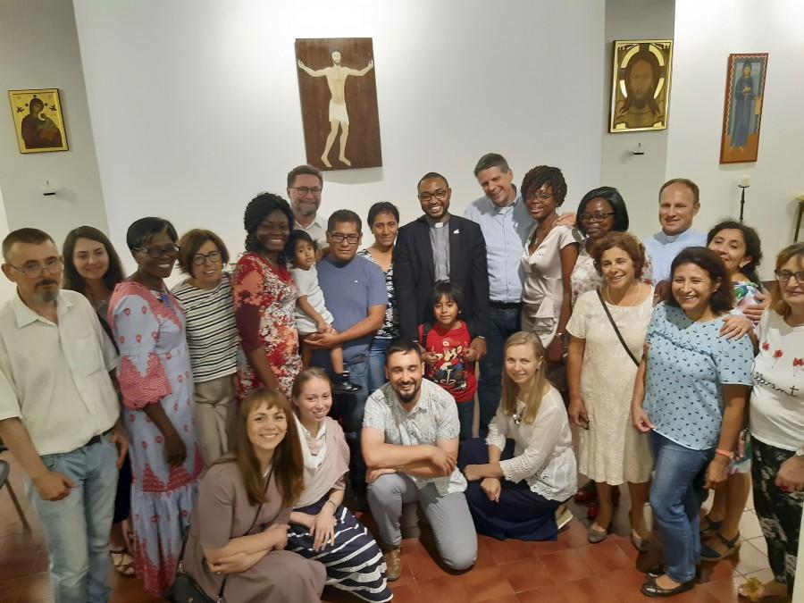 В день нашего приезда в часовне служил мессу о. Джерваис, которого рукоположили накануне. На его первую мессу к нему приехали родственники и друзья из Камеруна