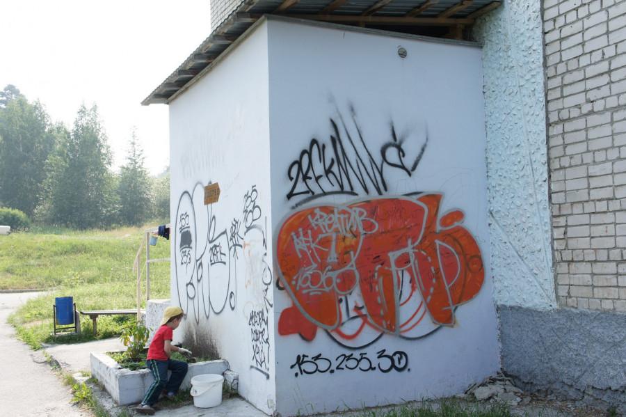 Эти стены постоянно становились площадкой для выражения эмоции жителей города. Сколько бы раз их не перекрашивали