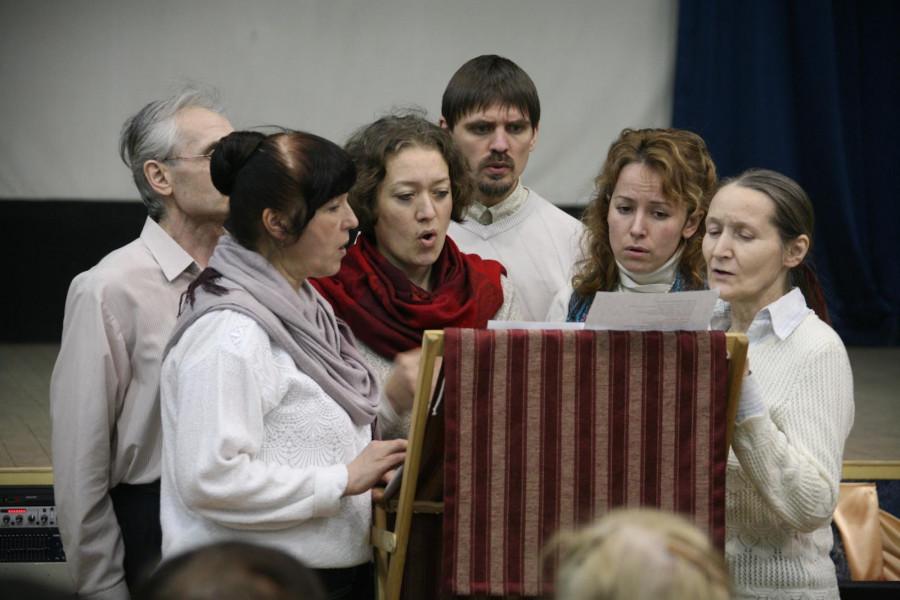 Хор исполняет рождественские церковные песнопения