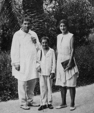 Тициан Табидзе с дочерью Нитой и женой Ниной