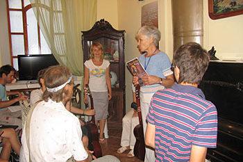 Заведующая музеем Зоя Александровна Тихонова приветствует ребят из Детско-юношеского центра