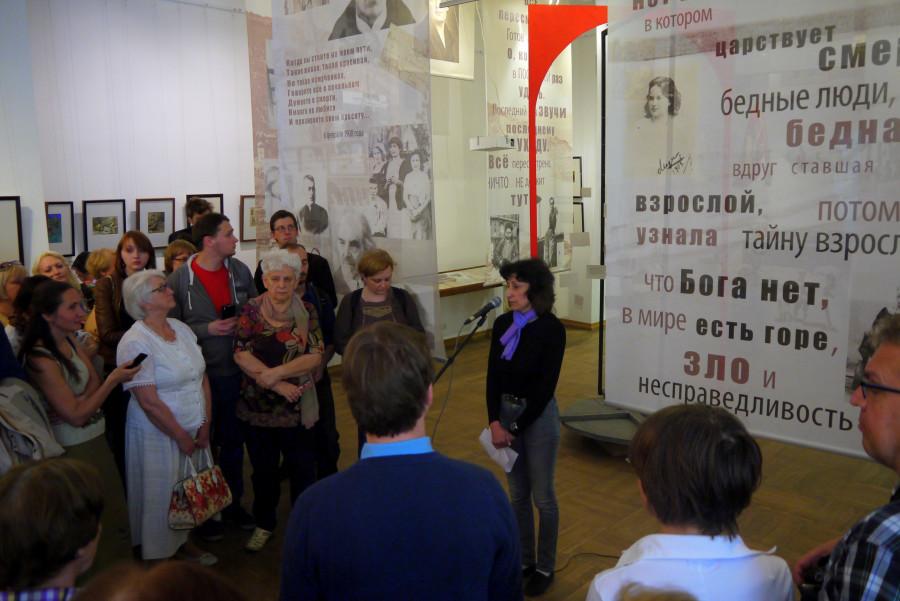 В центре - ведущая открытия выставки Жанна Телевицкая, заведующая отделом выставок и проектов музея А.А. Ахматовой в Фонтанном доме