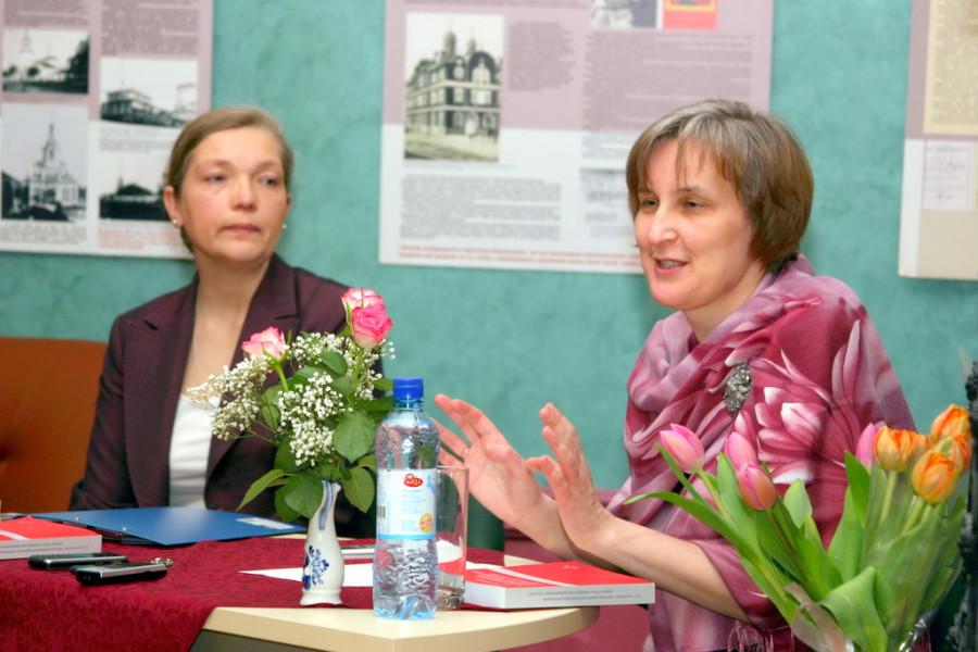Ведущая презентации Ирина Пономарева, автор книги Юлия Балакшина