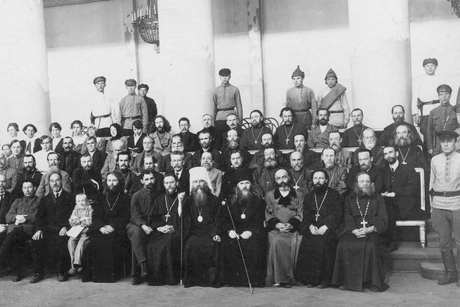 Подсудимые в зале суда. В центре - митрополит Вениамин, крайний справа - прот. Михаил Чельцов. Май 1922 г.