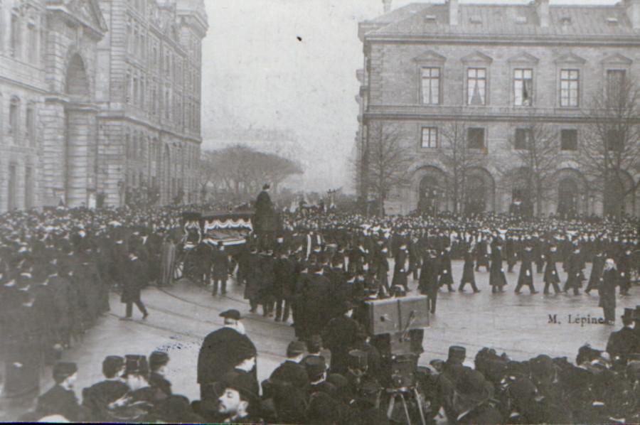 Осип Мандельштам (внизу) на похоронах католического епископа в Париже  в 1908 г.