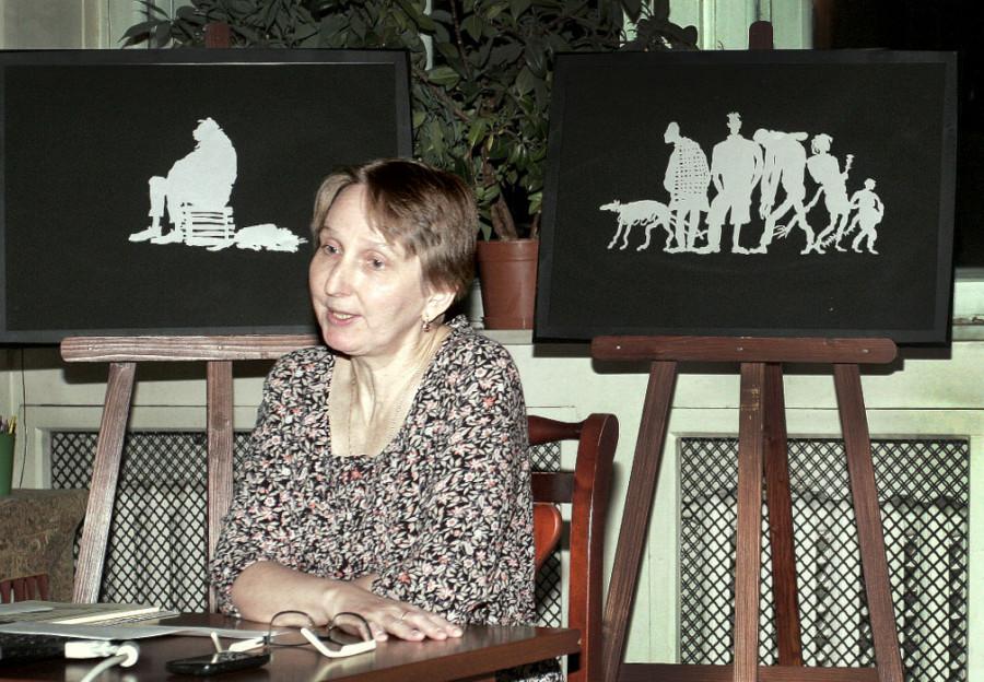 Мария Патрушева на фоне силуэтов «Серебряные люди»