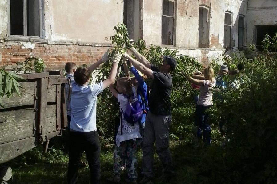 Уборка территории около дома купца Пряничникова в Крапивне (Тульская область)