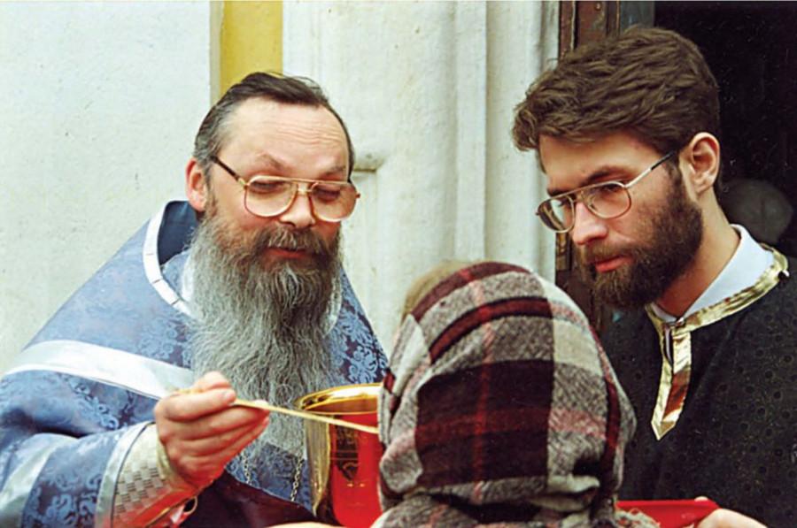 О.Георгий впервые после почти трехлетнего перерыва причащает. Торжество православия, 19 марта 2000 г.