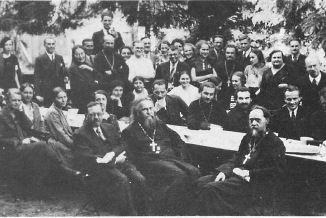 Съезд РСХД в Буасси, 1935 г. На переднем плане о.С. Булгаков, слева от него - о. В. Зеньковский, справа - о. С. Четвериков