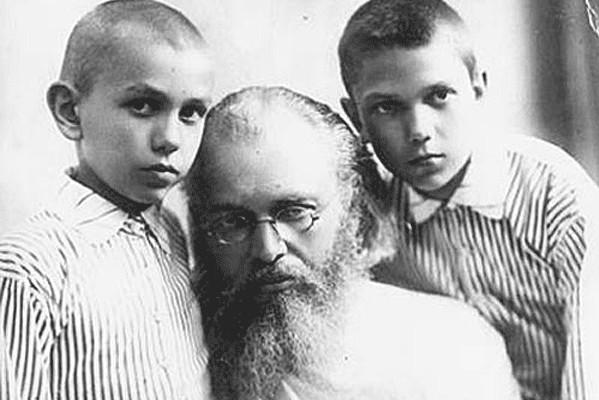 Владыка Лука (Войно-Ясенецкий) с сыновьями