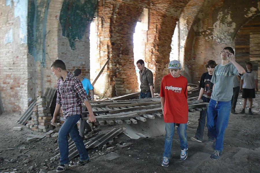 Подростки помогают в восстановлении храма в г. Нижние Серьги