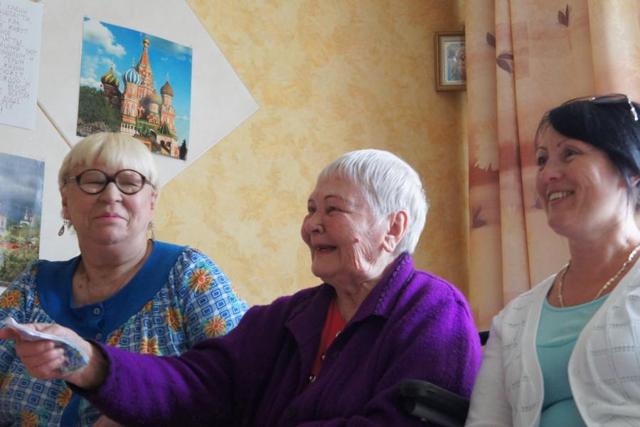 Две эти пожилые женщины живут в приюте. Справа - Ольга Юрьевна,  директор приюта. Она очень ответственно и «с душой» относится к своей  работе. По-настоящему жалеет тех, кто попадает к ним в приют.