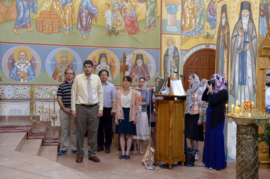 Участники фестиваля поют на литургии в Зверках