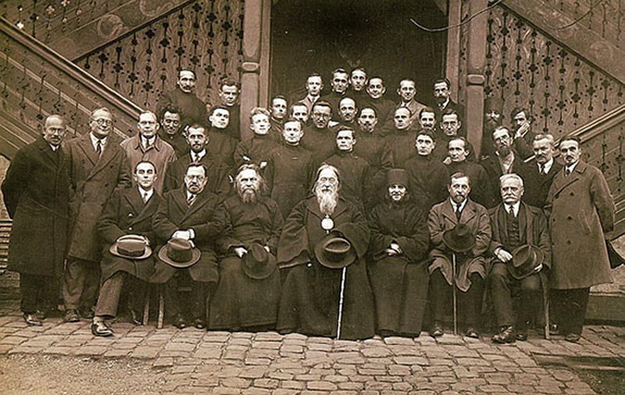 Протоиерей Сергий Булгаков среди преподавателей и студентов  Свято-Сергиевского Богословского Института. Париж