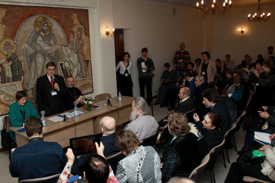 Открытие конференции.  В президиуме слева направо: Ю. Балакшина, В. Лавренов, о. Георгий Кочетков