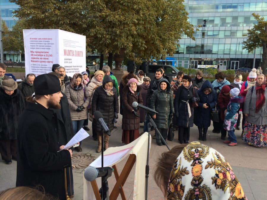 «Молитва памяти» на Трубной площади. Слева - иеромонах Парфений (Леонов)