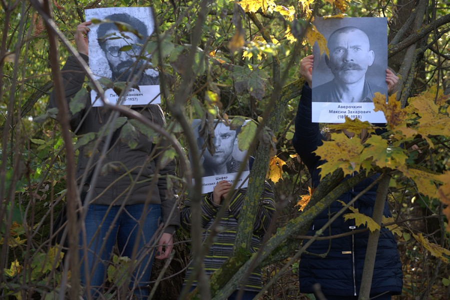 Портреты узников Дмитлага на канале им. Москвы. Фото: Максим Соболев