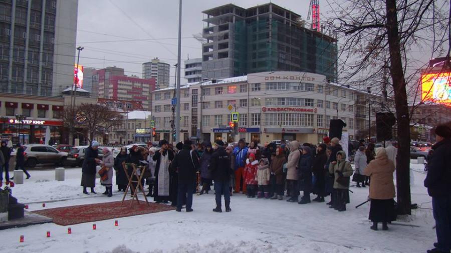Участники акции, среди них - священник