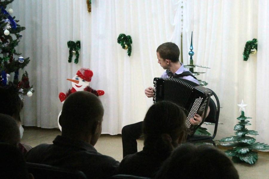мальчик играет на аккордеоне