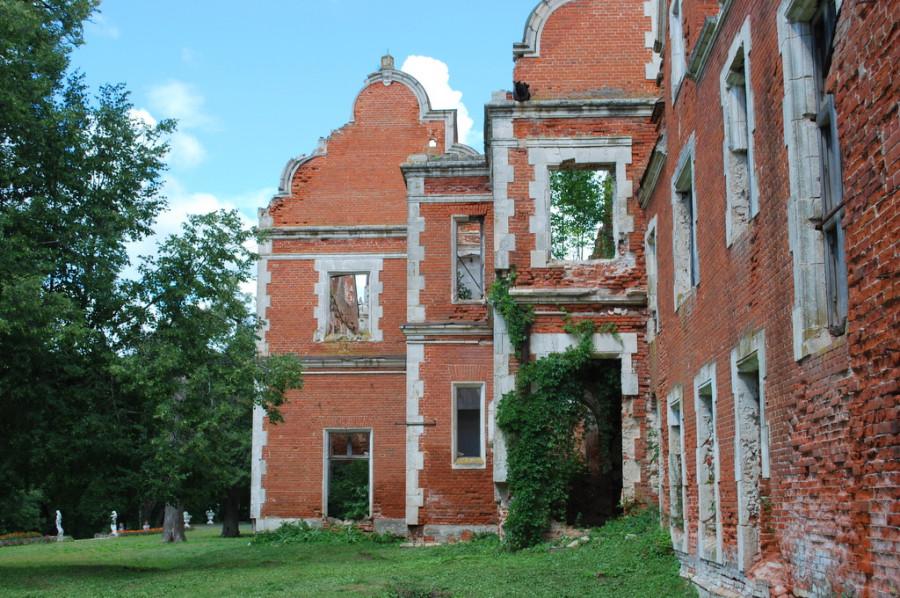 Дом-замок Пашковых. После революции до 1992 года в нем находился сельскохозяйственный техникум. Потом дом был разграблен и сожжен.  Нижегородская область, село Ветошкино.