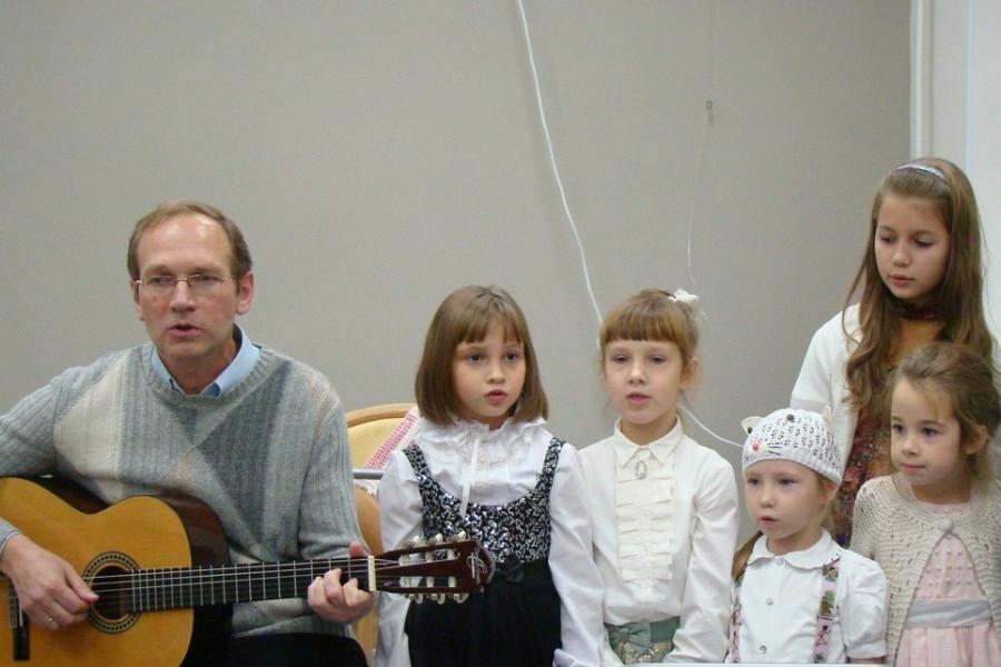 Григорий Волненко с детьми поют песню