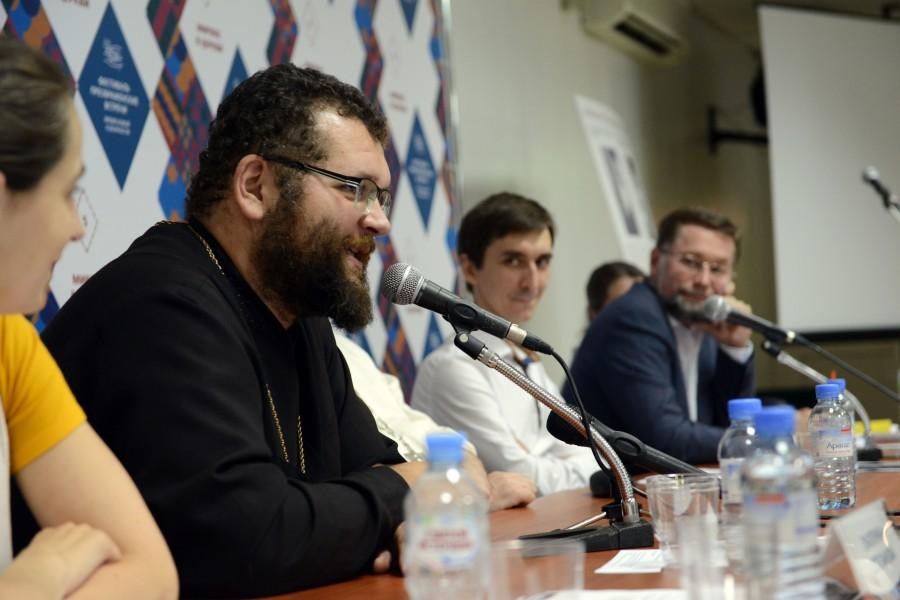 Слева – протоиерей Максим Кокарев, историк, руководитель магистратуры Самарской духовной семинарии