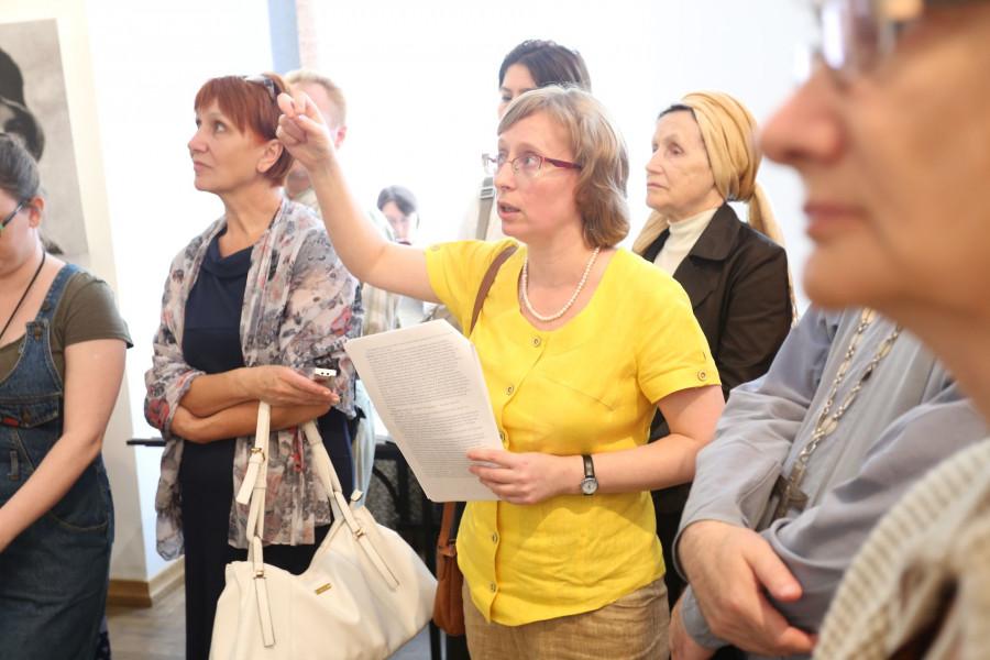 Лидия Крошкина проводит экскурсию по выставке