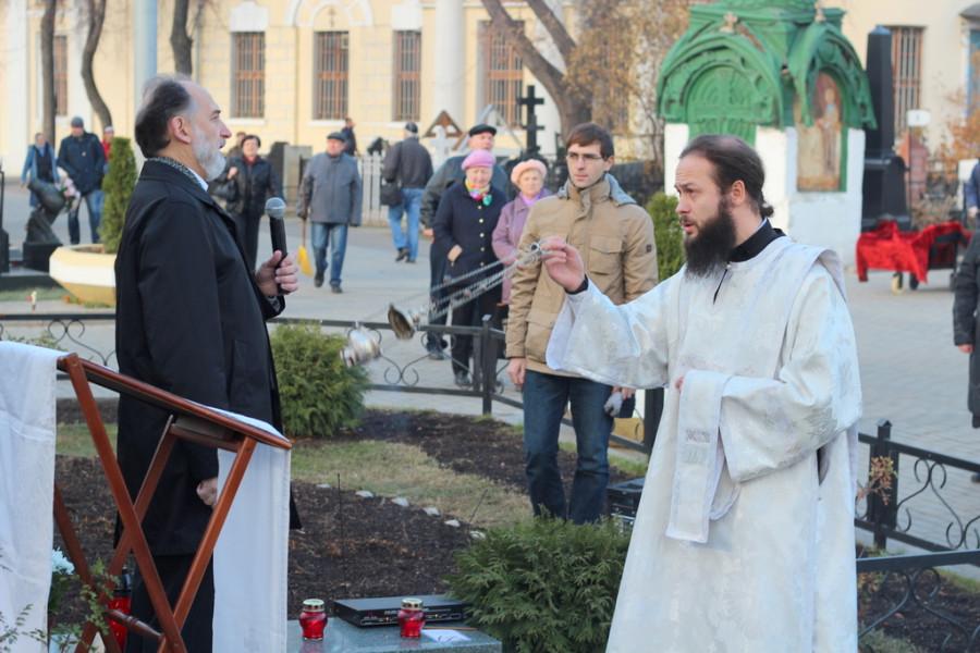 Ваганьковское кладбище, д. Владимир Правдолюбов служит литию