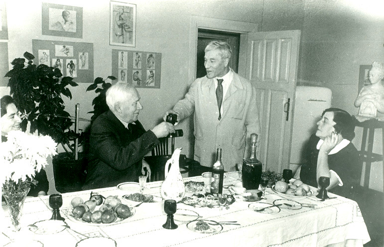 Корней Чуковский пришел поздравить Бориса Пастернака с вручением Нобелевской премии. Слева направо: Е. Чуковская, К. Чуковский, Б. Пастернак, З. Пастернак. 1958 год