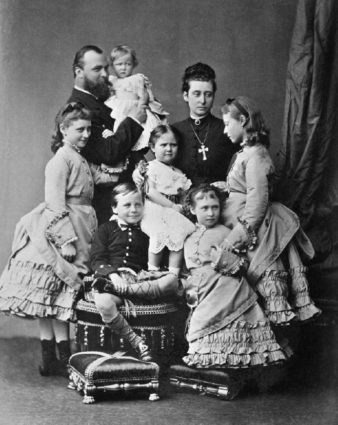 Великий герцог Гессен-Дармштадтский с семьей (принцесса Элла слева от отца)