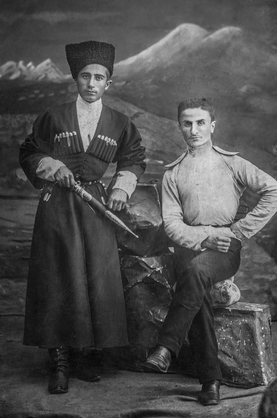 Созерко Мальсагов (справа) после выпуска из Александровского военного училища, 1912-1913 гг.