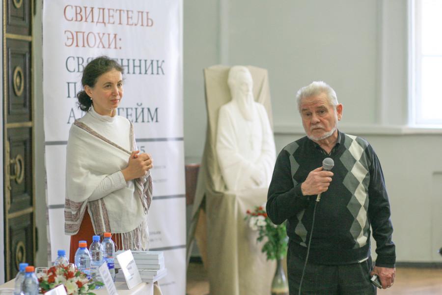 Инна Ткаченко, куратор выставки и председатель воронежского «Мемориала» Вячеслав Битюцкий