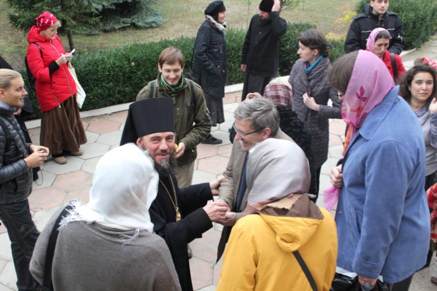 Участники конференции благословляются у архим. Паисия (Чекана)