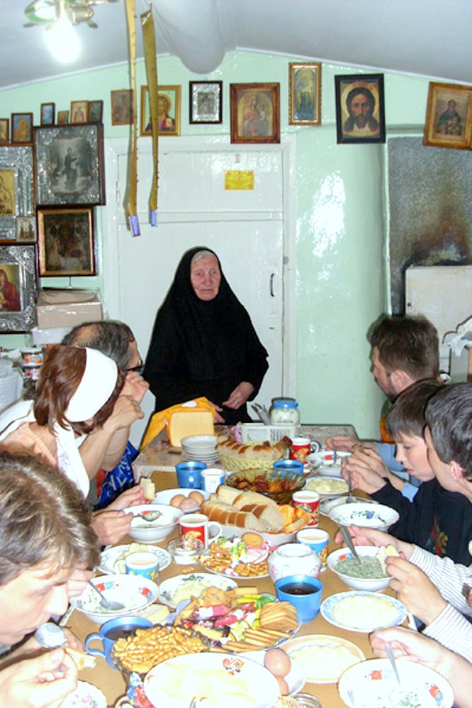 Матушка Севастиана с паломниками.