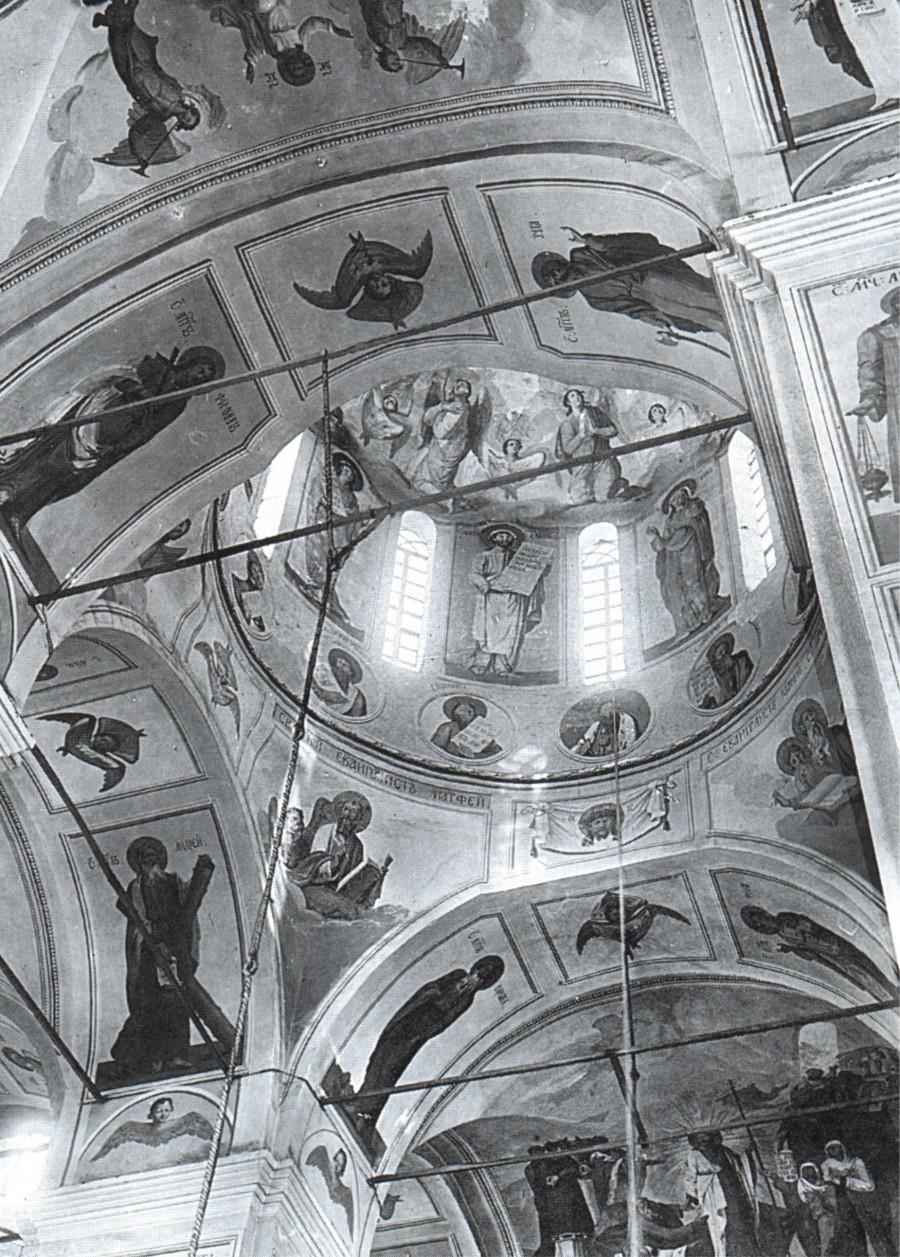 Архангельский кафедральный Свято-Троицкий собор. Вид на центральный купол и своды верхнего храма