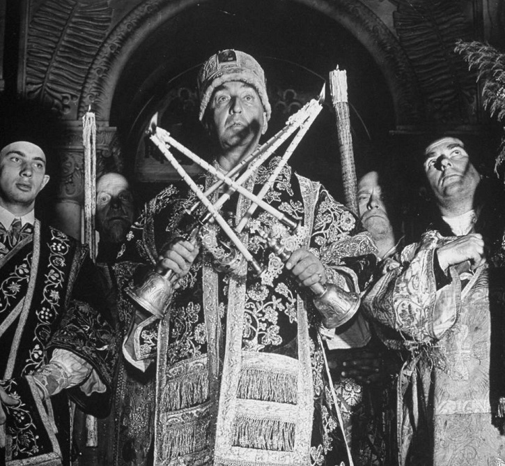 Обновленческий «митрополит» Александр Введенский совершает богослужение