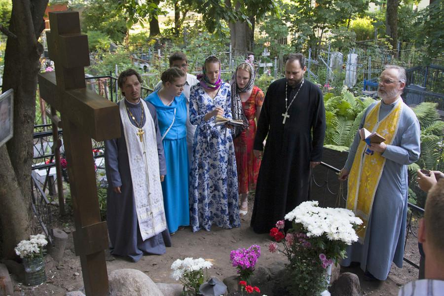 Лития на могиле о. Павла
