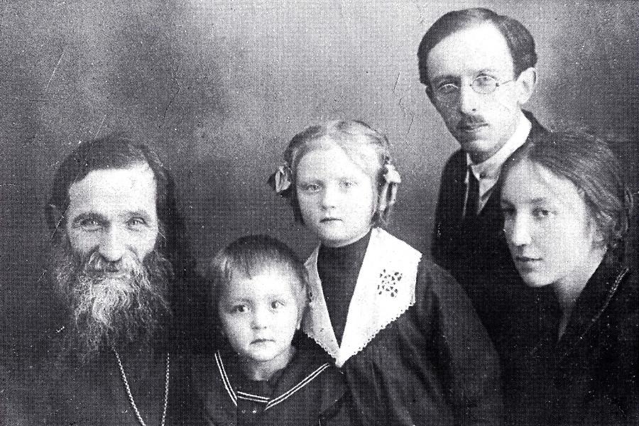 Cлева направо: отец Александр, Николай, Магдалина, Алексей Александрович и Татьяна Павловна Глаголевы. 1931 год
