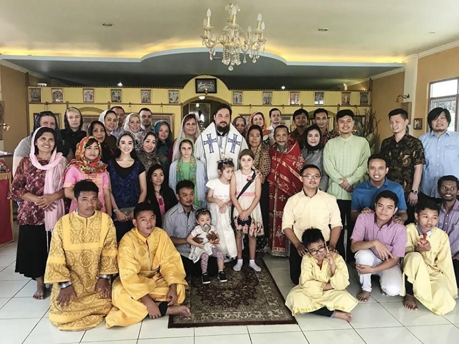 Прихожане Владимирского храма в г. Джакарте с архиепископом Солнечногорским Сергием и иеромонахом Иоасафом (Тандибилангом)