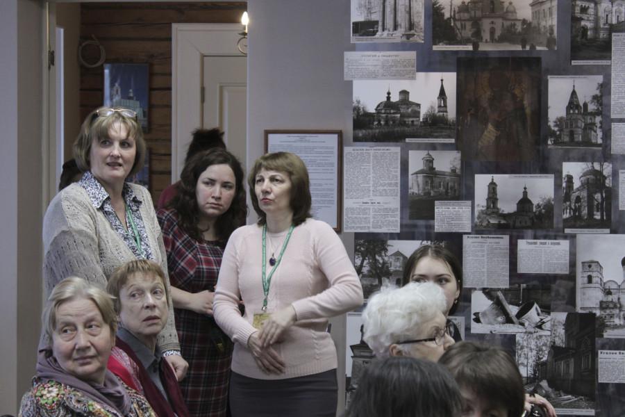 Вера Дружинина (слева) проводит экскурсию по музею