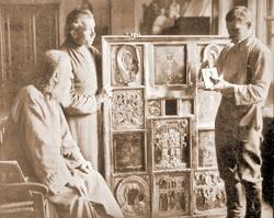 Демонтаж икон во время изъятия церковных ценностей в одном из московских храмов. 1921 год