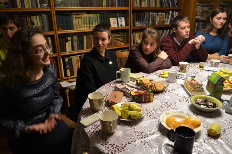 Ребята за столом