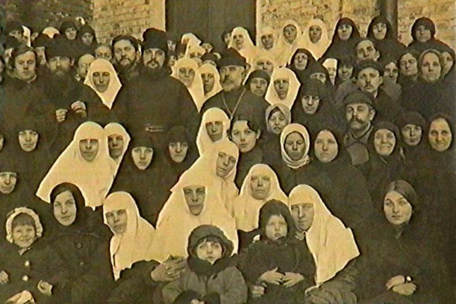 Протоиерей Сергий Мечев и маросейская община во дворе храма святителя Николая в Клённиках (середина 1920-х)