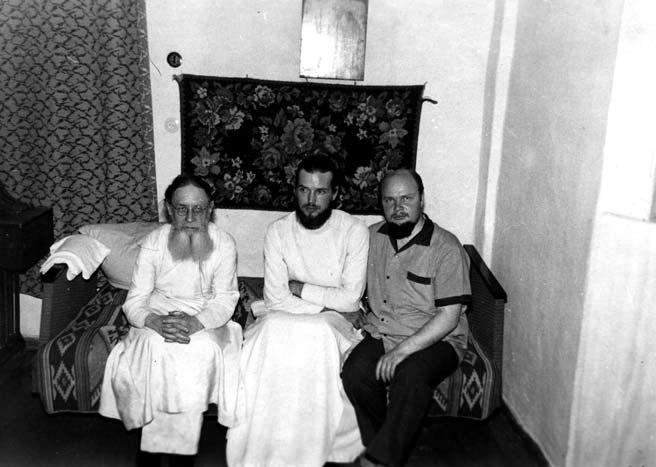 Слева - архимандрит Серафим (Суторихин), в центре свящ. Павел Адельгейм. В день освящения храма в Кагане, 1969 г.
