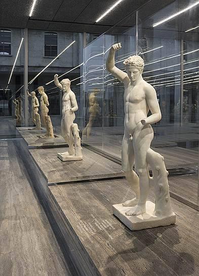 ряд похожих скульптур на выставке