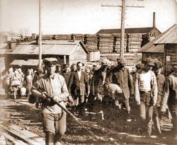 Прибытие партии заключенных в Соловецкий лагерь особого назначения, конец 1920-х годов