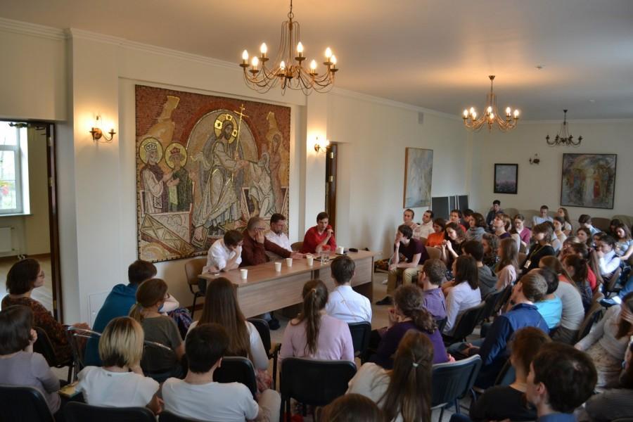 В президиуме – Илья Крошкин, священник Георгий Кочетков, Дмитрий Гасак, Михаил Бахадов