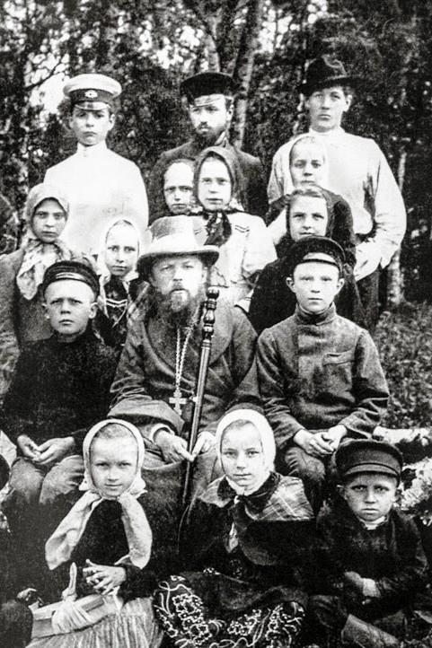 Протоиерей Алексий Мечев с прихожанами