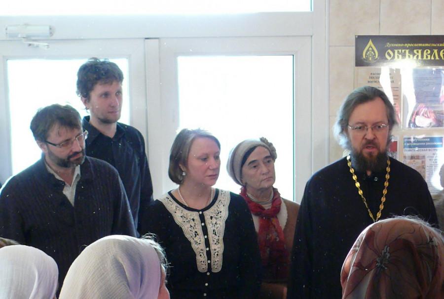 Справа налево в первом ряду: прот. Димитрий Шорин, Оксана Иванова, Олег Глаголев